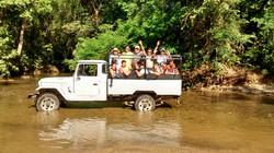 Passeio em Ilhabela cruzando o rio (2).jpg
