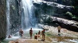 Passeio em Ilhabela banho cachoeira do gato.jpg