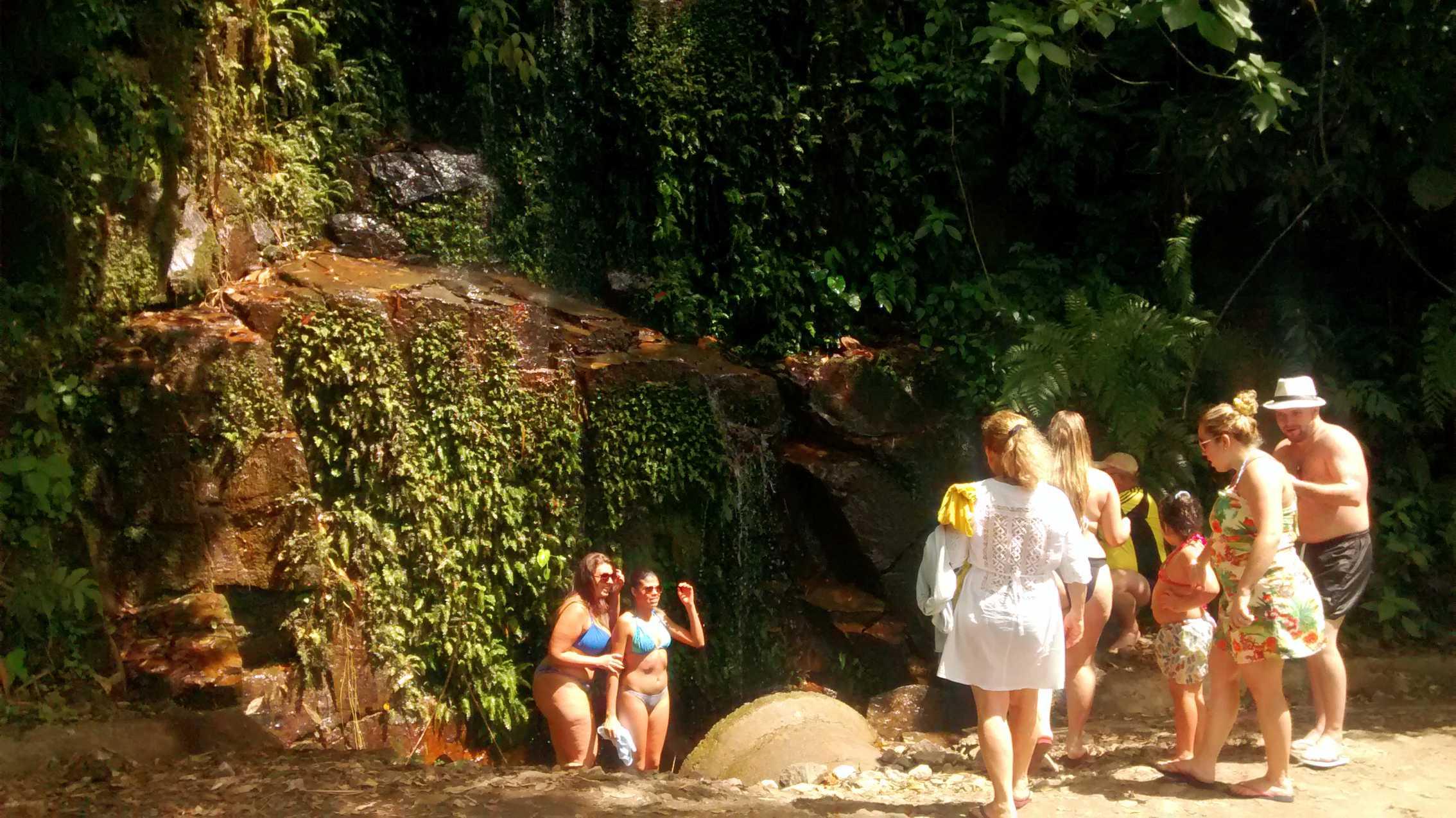 Passeios em Ilhabela banho no chuveirinho.jpg