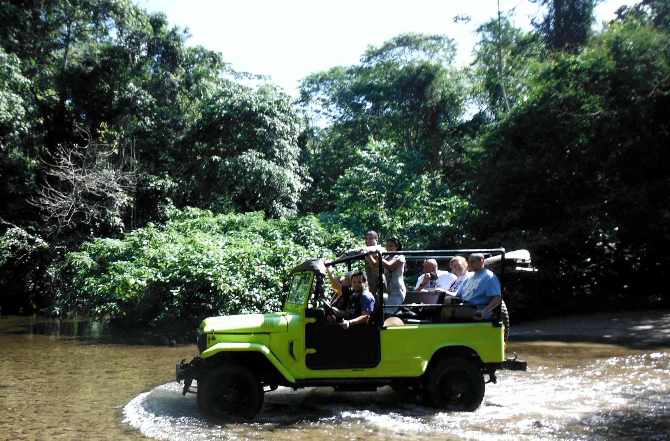 Passeios em Ilhabela cruzando o rio.jpg
