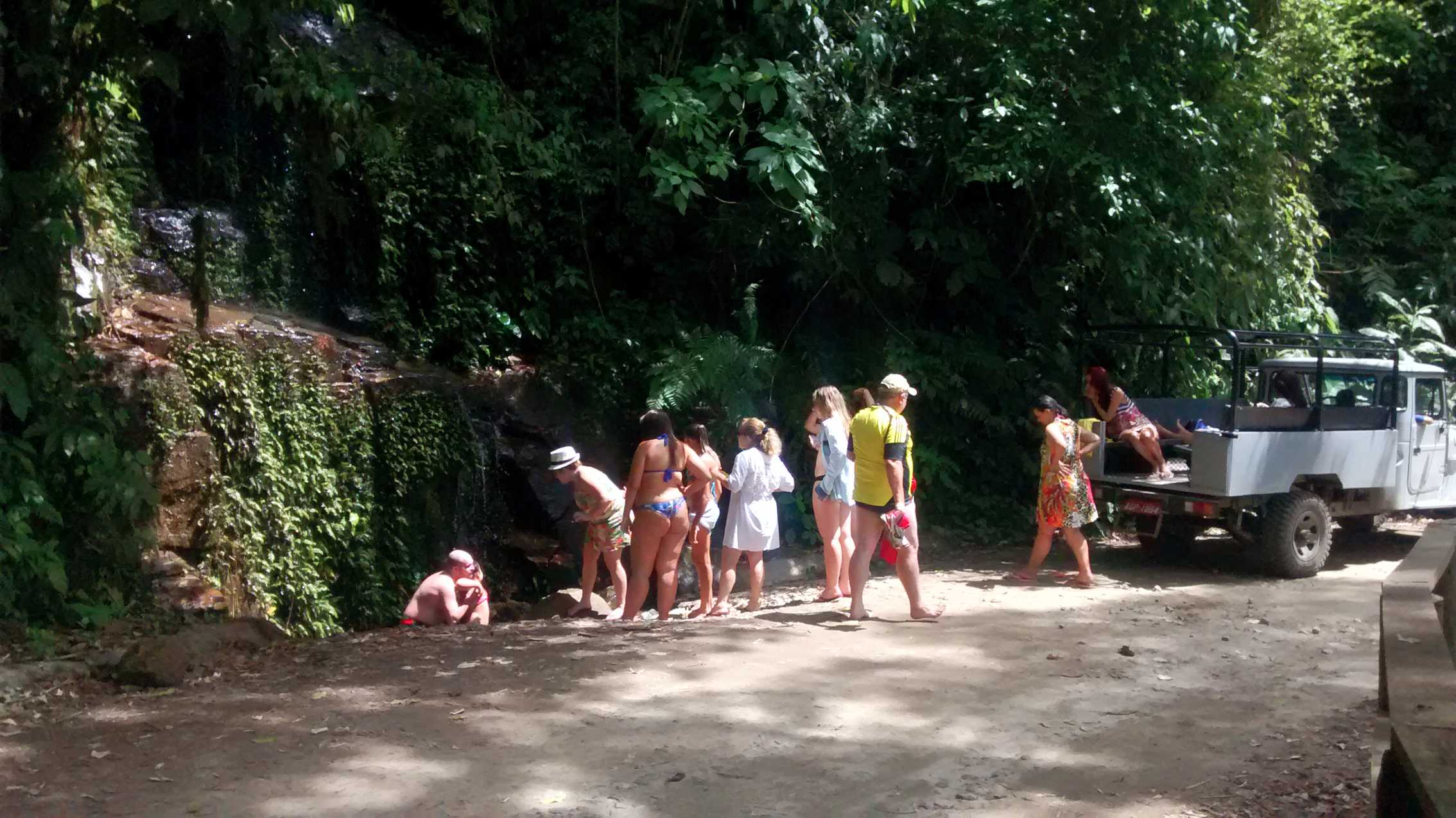 Passeio em Ilhabela banho no chuveirinho (2).jpg