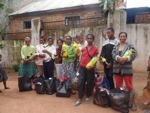 Noël 2017 : distribution d'un colis alimentaire pour les familles de Tana et de Port Bergé