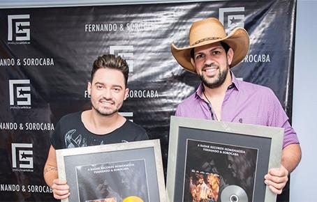 Fernando e Sorocaba ganham disco de platina