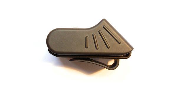 côtés en rubber et système de grip pour faciliter la prise en main avec les mains humides