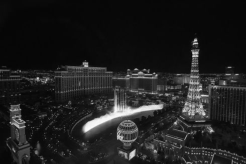 las-vegas-strip-and-fountains-black-and-