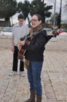Robin singing at tayelet 2.jpg