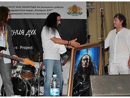 Ильяс Айдаров вручил написанный им портрет солисту группы Юрай Хип (Uriay Heep) Кену Хенсли.