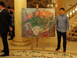 Картина Сергея Федотова «Цветы» была преподнесена в качестве подарка молодожёнам на свадьбе.