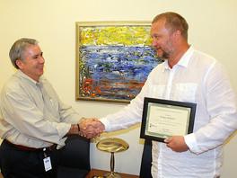 Вручение памятного сертификата художнику Сергею Федотову в Центре креативного обучения г. Уэст-Палм-