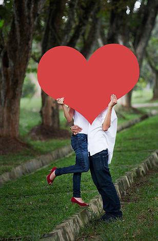 זוג עם לב אדום