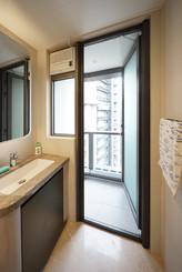 蚊網-捲式浴室露台門效果 | Hometown Design