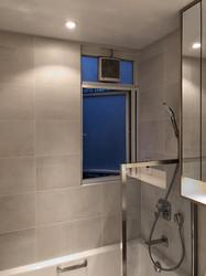 蚊網-白色風琴式浴室開啟狀態 | Hometown Design