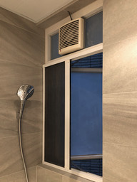 蚊網-白色風琴式浴室半開效果 | Hometown Design