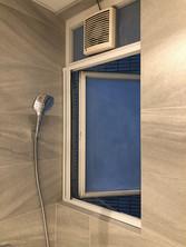 蚊網-白色風琴式浴室開啟效果 | Hometown Design