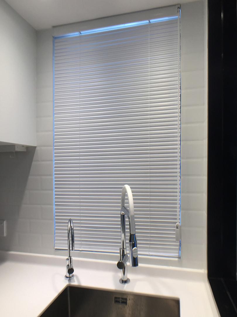百葉簾-鋁百葉簾簡潔廚房配置 | Hometown Design