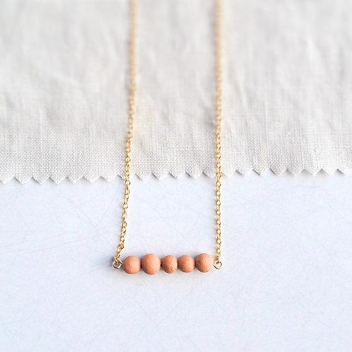 Collier élégant aux fines perles d'argile
