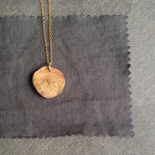 collier bois, bijou fait main, bijoux artisanaux, pendentif nature, mode éthqiue, bijoux minimalistes