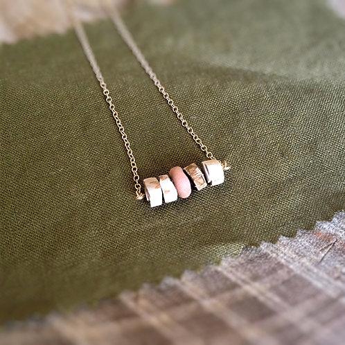 Collier minimaliste avec pendentif de perles artisanales en argiles et bois