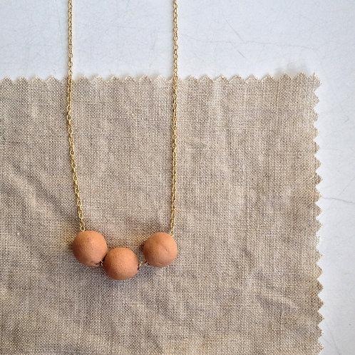 Collier aux trois perles d'argile pour un style bohème