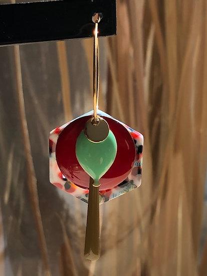Boucles médailles rouge et verre d'eau