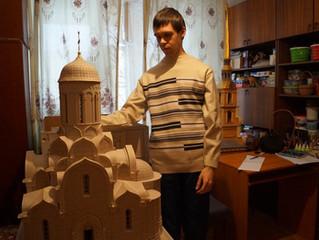 В Прикамье молодой человек делает храмы и церкви из картона