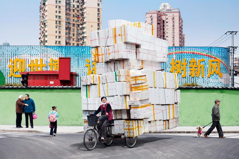 Женщина вывозит последние картонные коробки в Китае!
