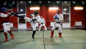 Если в бою повредили ногу: работа одной ногой и с двумя противниками