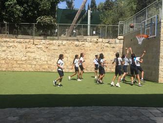 Neue Basketballkörbe für die Schmidt-Schule