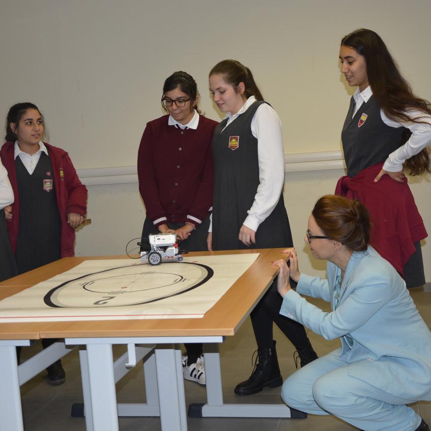 Sie zeigte sich besonders beeindruckt von einer Präsentation der Schülerinnen zum Zukunftsthema Robotik und lobte ihre guten Deutschkenntnisse.