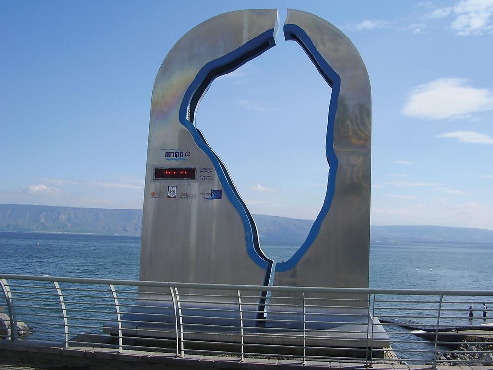 Wasserstandsanzeiger am See Gennesaret (Foto: David Shey/Wikimedia Commons)