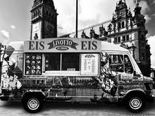 Du gehst durch die Stadt und siehst einen Eiswagen an der Straße stehen…