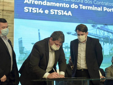 Em Santos, Tarcísio de Freitas assina contratos de concessões de terminais de celulose