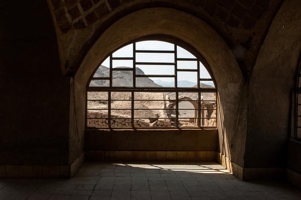Habitation funéraire au pied d'une tour du silence, Yazd