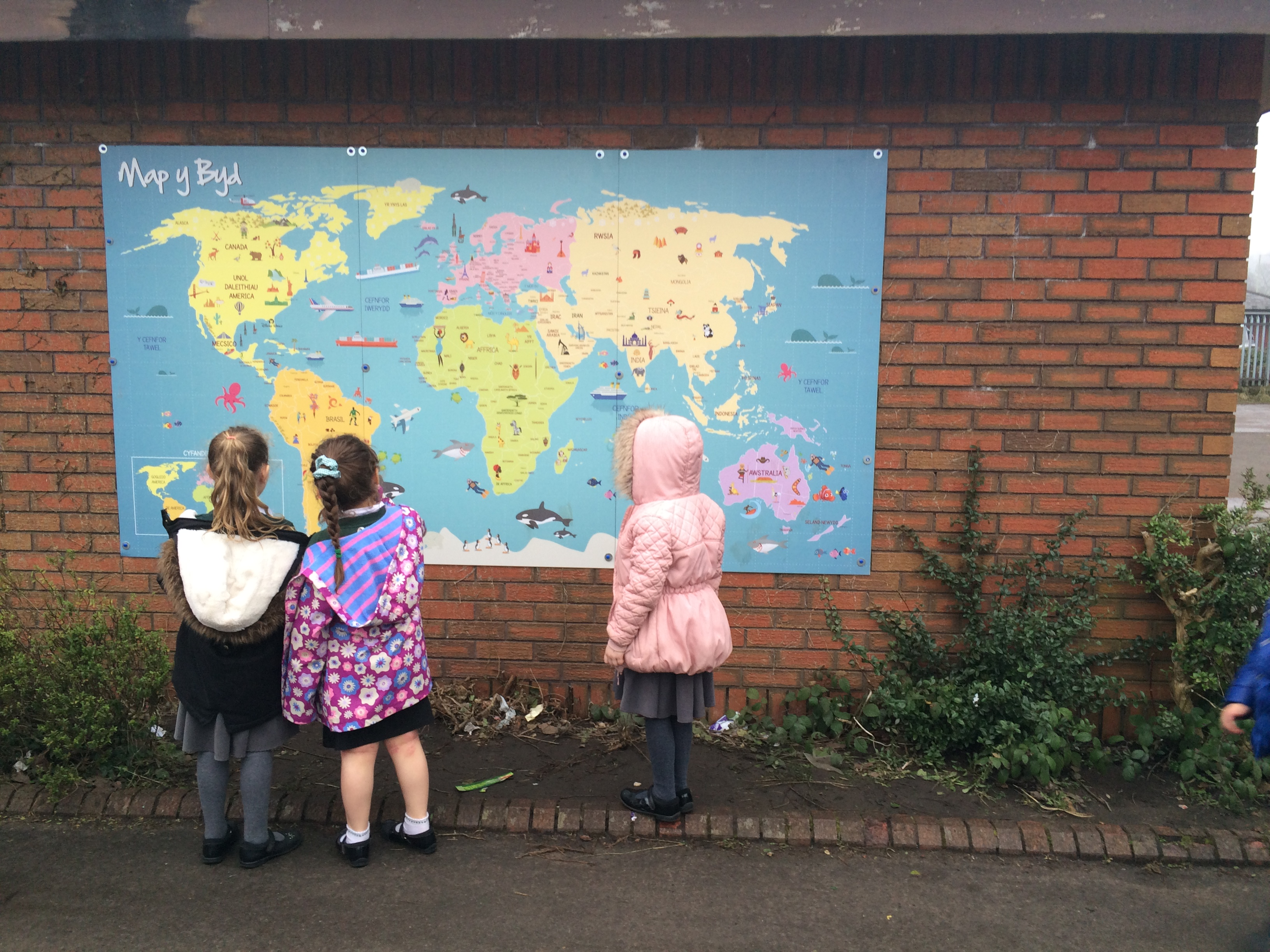 Wall map Photo with children