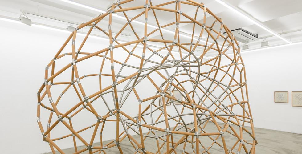 성장하는 뫼비우스의 띠, 2018, stainless steel, wood, 400x200x310cm