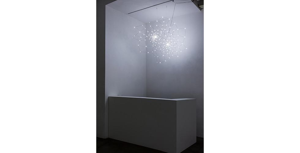 뒤틀림 -2토러스 , 2015, copper wire+LED, 180 x 110 x 130 cm