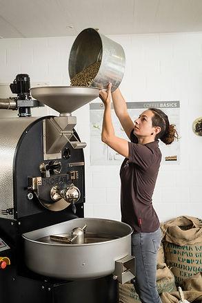 Einfüllen von Kaffee