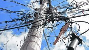 Marco pede solução para emaranhado de fios excedentes nos postes da cidade
