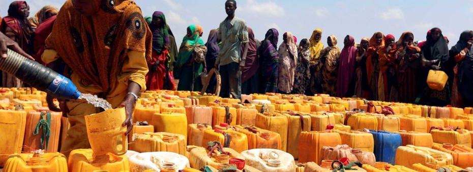 Somali water queue.jpg