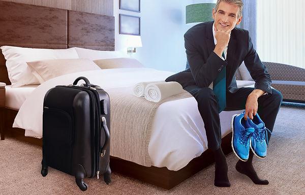 Mann-im-hotel-Sportschuhe.jpg