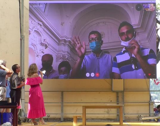 Lady in collegamneto Skype con don Giuseppe Rizzo, parroco di Santopadre, il Sindaco Gianpiero Forte e Rocco Di Nota, il fotografo che ha reso nota la storia