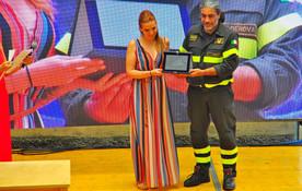 Debora Rizzo premiata da Francesco Filippone, in rappresentanza del Comando Provinciale dei Vigili del Fuoco di Genova
