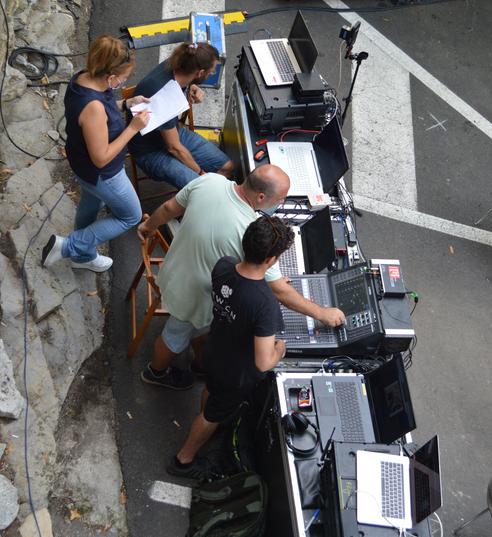 i tecnici di Artemusica al lavoro con Chiara Bisso, aiuto regia