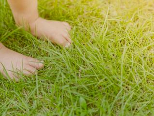 Et si les petits jouaient nu-pieds?