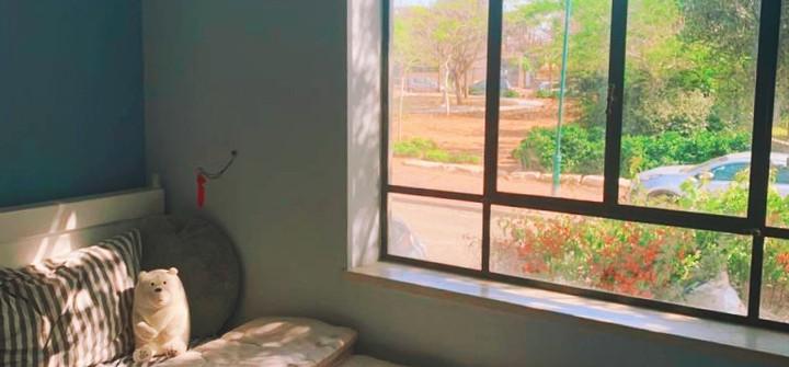 חדר ילדים עם חלון גדול