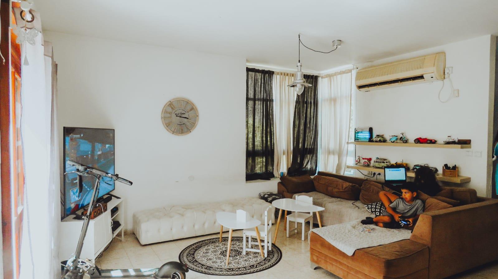 בית למכירה בחרוצים- הסלון