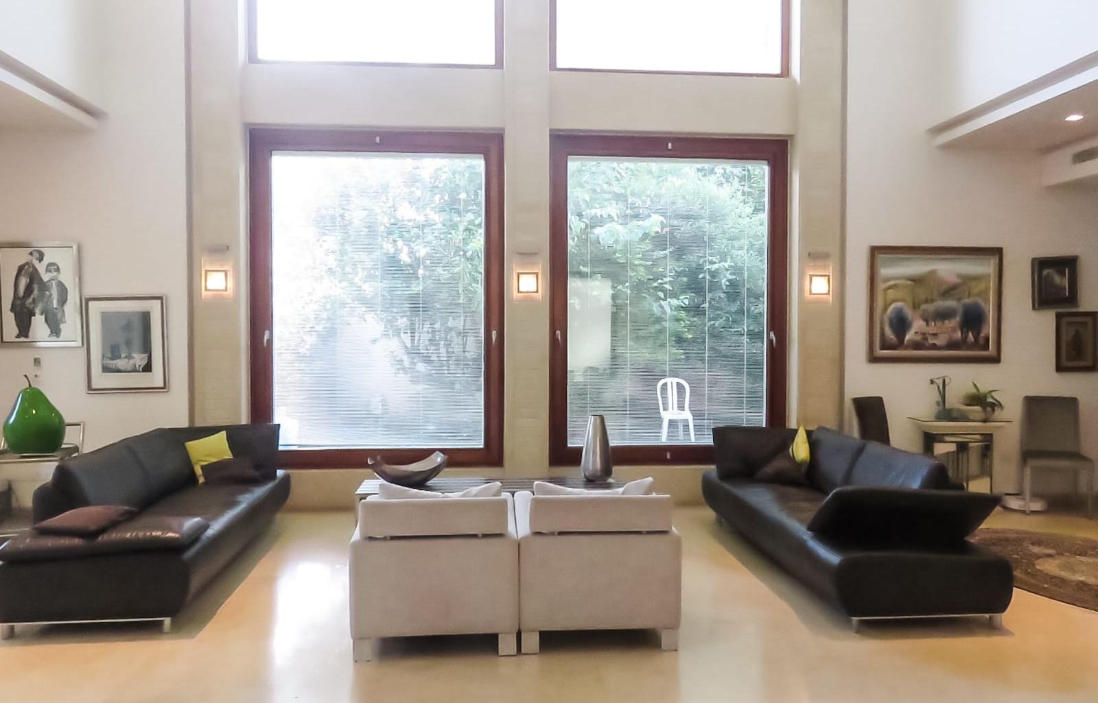 סלון עם חלונות ענק לגינה