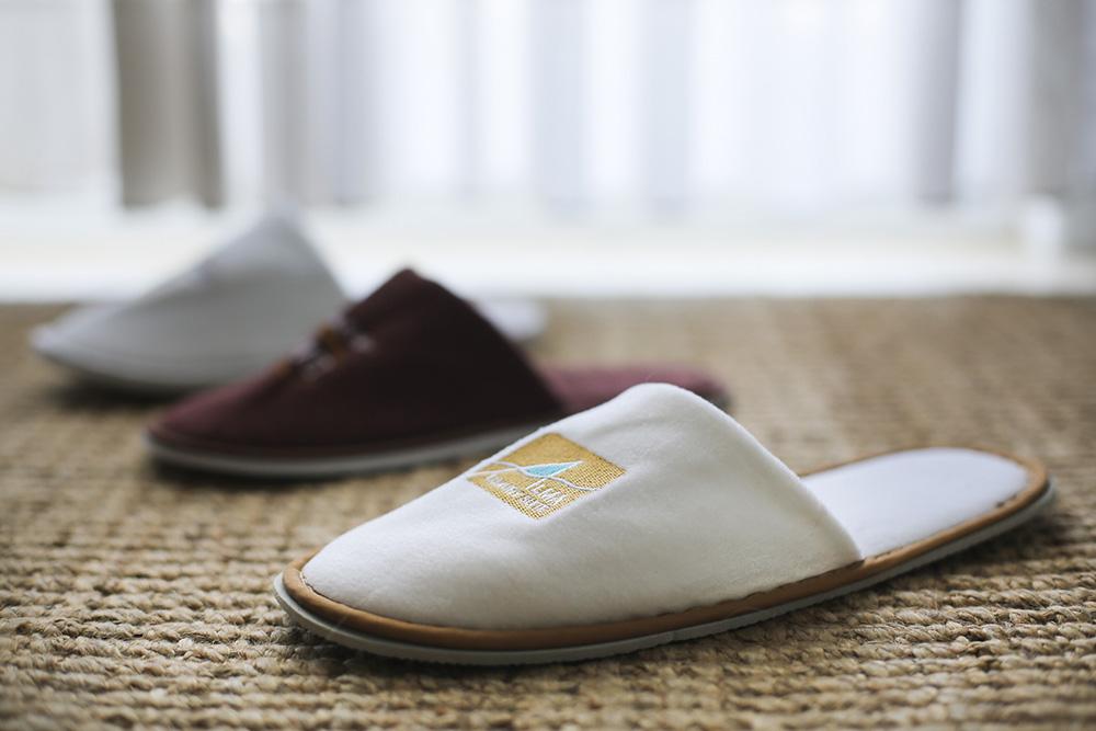 נעלי ספא עם לוגו