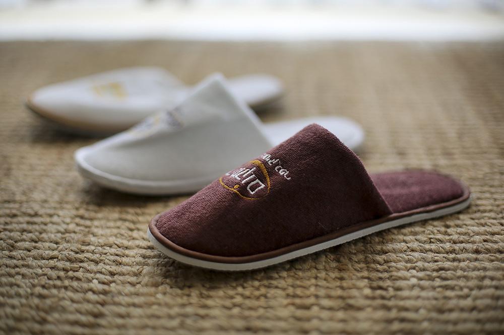 נעלי ספא חומות עם לוגו