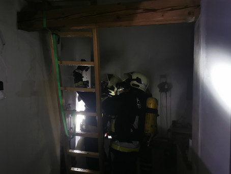 Dachbrand in Mehrfamilienhaus